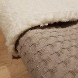 Zandkleurige wafelstof deken met 100% katoenen teddy stof._