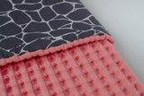 Koraal roze wafelstof wagendeken met giraffe print_