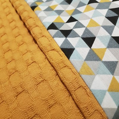 Oker wafelstof deken met oker/mint driehoekjes