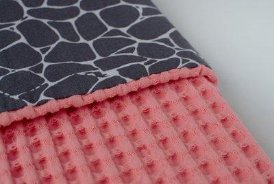 Koraal roze wafelstof wagendeken met giraffe print