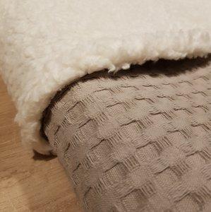 Zandkleurige wafelstof deken met 100% katoenen teddy stof.