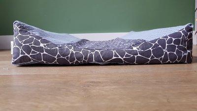 Aankleedkussenhoes blauwe wafel met giraffe print